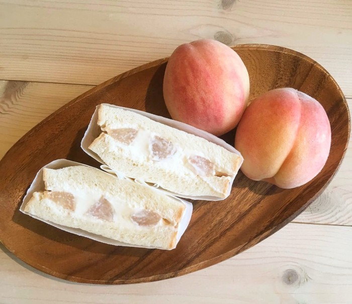 桃のフルーツサンド